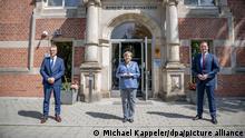 13.07.2021, Berlin - Bundeskanzlerin Angela Merkel (CDU, M) steht neben Jens Spahn (CDU, r), Bundesminister für Gesundheit, und Lothar Wieler, Präsident des Robert Koch Instituts (RKI), zu einem Bild vor dem Eingang zum RKI. Merkel besuchte auf Einladung von Gesundheitsminister Spahn das bei der Corona-Pandemie führende Institut des Gesundheitsministeriums.