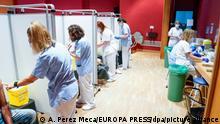 Mitarbeiterinnen des Gesundheitswesens impfen im Krankenhaus Severo Ochoa in Madrid Patienten mit der ersten Dosis des Corona-Impfstoffs von Pfizer/BioNTech. Die Region Madrid begann am Mittwoch mit der Impfung von Menschen zwischen 40 und 49 Jahren. +++ dpa-Bildfunk +++