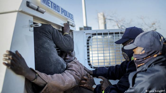 La police interpelle un pillard à Bara Mall (Soweto, 13.07.2021)