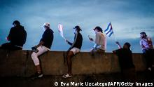 """*** Dieses Bild ist fertig zugeschnitten als Social Media Snack (für Facebook, Twitter, Instagram) im Tableau zu finden: Fach """"Images"""" —> Weltspiegel/Bilder des Tages *** TOPSHOT - People hold Cuban and US flags as they block the Palmetto Expressway during a protest showing support for Cubans demonstrating against their government, in Miami, on July 13, 2021. - One person died and more than 100 others, including independent journalists and dissidents, have been arrested after unprecedented anti-government protests in Cuba, with some remaining in custody on Tuesday, observers and activists said. (Photo by Eva Marie UZCATEGUI / AFP) (Photo by EVA MARIE UZCATEGUI/AFP via Getty Images)"""