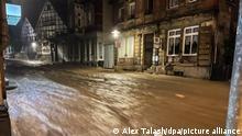 14.07.2021 Wasser fließt eine Straße hinunter.