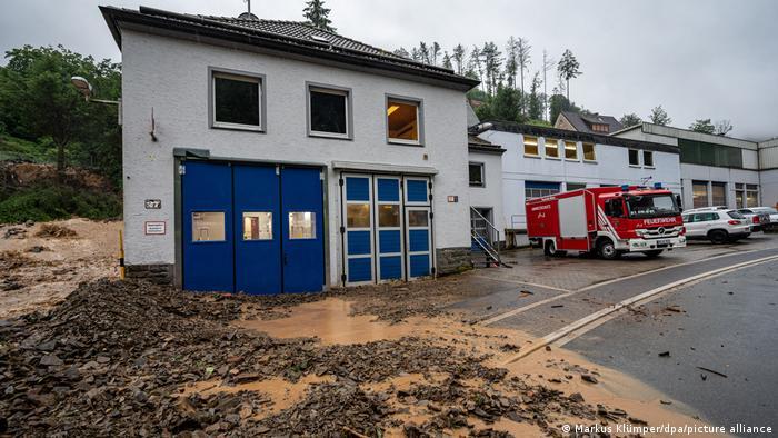 در بسیاری از نقاط آلمان، در اثر بارندگی شدید مردم با رانش زمین نیز روبهرو بودهاند. این عکس حکایت از رانش زمین در کنار یکی از مراکز آتشنشانی دارد.