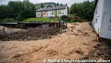 14.07.2021 Durch Starkregen kam es zu einem Erdrutsch. Die Straße wurde gesperrt. Altena, Deutschland