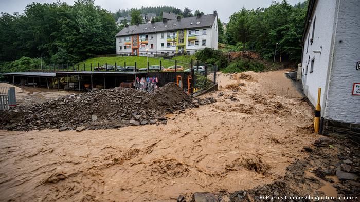 Tempestades e enchentes na Alemanha: deslizamentos de terra em Altena, na região de Sauerland.