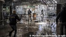 """*** Dieses Bild ist fertig zugeschnitten als Social Media Snack (für Facebook, Twitter, Instagram) im Tableau zu finden: Fach """"Images"""" *** A suspected looter is fired upon with rubber bullets by Ekurhuleni Metro Police Department officers (EMPD) on patrol inide a flooded mall in Vosloorus, on July 13, 2021. - Stores in two South African provinces were ransacked for a fifth consecutive day, hours after President Cyril Ramaphosa deployed troops in a bid to quell unrest that has claimed 45 lives. The premier of Gauteng province, which includes Johannesburg, said 10 bodies were found late on July 12 at a looted shopping centre in Soweto, on the city's outskirts. (Photo by MARCO LONGARI / AFP) (Photo by MARCO LONGARI/AFP via Getty Images)"""