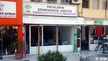Parteibüro der pro-kurdischen HDP in Marmaris. In dem berühmten Urlaubsort hat heute morgen (14.07.) jemand das Büro mit einer Waffe ngegriffen und Sachschäden verursacht. Der Mann wurde später festgenommen. Da zudem Zeitpunkt keine Menschen sich im Büro befanden, gab es glücklicherweise keine Toten und Verletzten. SABAH SAATLERINDE HDP BINASINDA SILAH SESLERININ DUYULMASI UZERINE BOLGEYE COK SAYIDA POLIS EKIBI GONDERILDI. SALDIRGANIN HDP BINASINA ELINDEKI AV TUFEGIYLE ATES ACARAK GIRDIGI, BINA ICINDE DE SILAHINI ATESLEDIGI BELIRTILDI. OLAY YERINE POLISLERIN GELMESI UZERINE TESLIM OLAN VE GOZALTINA ALINAN A.T.D'NIN, EMNIYETTEKI ISLEMLERININ SURDUGU BILDIRILDI. PARTI BINASINDA DUVARLARDA VE ESYALAR UZERINDE, AV TUFEGIYLE ATES ACILMASINDAN DOLAYI COK SAYIDA SACMA IZI OLDUGU GOZLENDI. (FOTO: ALI GUNDOGAN / MARMARIS DHA)