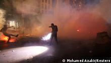 """*** Dieses Bild ist fertig zugeschnitten als Social Media Snack (für Facebook, Twitter, Instagram) im Tableau zu finden: Fach """"Images"""" *** Police fire tear gas to disperse demonstrators during a protest outside the home of the caretaker interior minister Mohamed Fahmy, over his refusal to let the lead investigator question Lebanon's security chief, in Beirut, Lebanon July 13, 2021. REUTERS/Mohamed Azakir"""