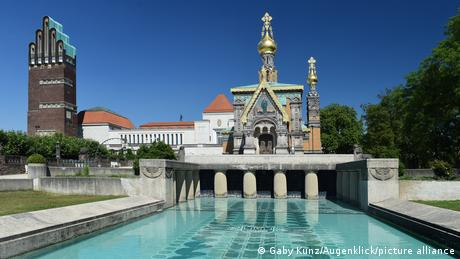 Das Foto zeigt ein historisches Gebäudeensemble, das aus einer Kapelle und dem sogenannten Lilienbecken in Darmstadt besteht.