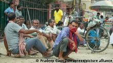 September 20, 2020, Noida, Uttar Pradesh, India: A group of daily wage workers chats among themselves as they wait to get work at Labour Chowk in Noida..Labour Chowk of Noida, a place where people come for work. They usually come in the morning at this hub. Labourers who come here are mostly mason, carpenters, painters, daily wage labourers, plumbers etc . There has been rising unemployment in India due to the nationwide lockdown due to covid-19. (Credit Image: © Pradeep Gaur/SOPA Images via ZUMA Wire