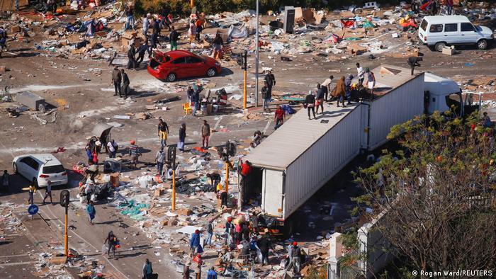 Südafrika , Durban | Plünderungen nahe eines brennenden Warenhauses