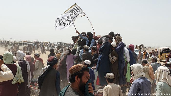 Taliban'ın, Afganistan ile Pakistan arasındaki en önemli sınır kapılarından Spin Boldak'ı ele geçirdiğini duyurmasının ardından bölgeye elinde Taliban bayrağıyla çok sayıda kişi akın etti (14.07.2021)