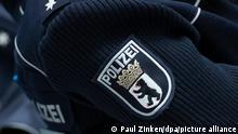 Das Dienstwappen der Polizei Berlin ist bei einem Pressegespräch zur Kriminalstatistik 2019 auf einem Pullover einer Beamtin zu sehen.