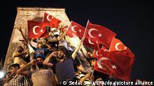 ARCHIV - 16.07.2016, Türkei, Istanbul: Anhänger von Präsident Erdogan rufen Parolen und halten türkische Flaggen bei einer Demonstration auf dem Taksim Platz gegen den gescheiterten Putschversuch der Armee. (zu dpa-Story: «dpa-Story: Putschversuch in der Türkei - 'Ist Murat ein Verräter - oder ein Märtyrer?'» vom 11.06.2018) Foto: Sedat Suna/EPA/dpa +++ dpa-Bildfunk +++