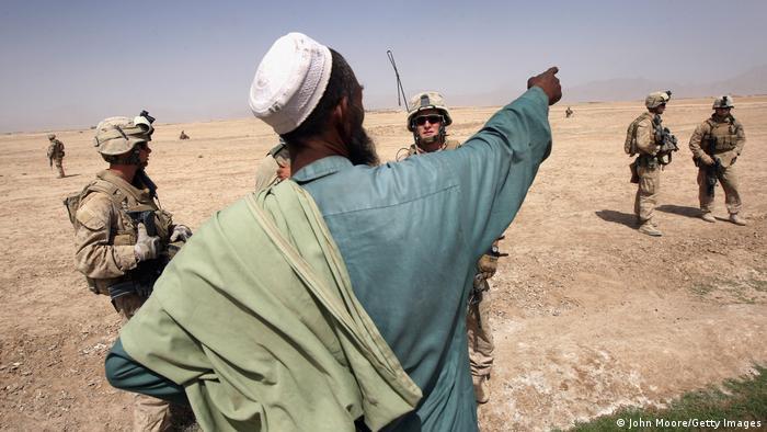 نیروهای آمریکایی در افغانستان در کنار یک شهروند افغان، عکس از آرشیو