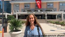 Hozan Cane steht vor dem Gericht. Die Ausreisesperre gegen die Kölner Sängerin mit dem Künstlernamen Hozan Cane wurde beim heutigen Prozess in Edirne in der Westtürkei aufgehoben. Cane will sobald wie möglich nach Deutschland zurückkehren. Cane wurde Mitgliedschaft in der verbotenen kurdischen Arbeiterpartei PKK vorgeworfen, die in der Türkei, Europa und den USA als Terrororganisation gilt. +++ dpa-Bildfunk +++
