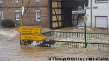 Die Straßen von Esch (Kreis Ahrweiler) haben sich in reißende Ströme verwandelt. Andauernde Regenfälle haben in Rheinland-Pfalz zahlreiche Ortschaften und Keller geflutet. 14.07.2021 +++ dpa-Bildfunk +++