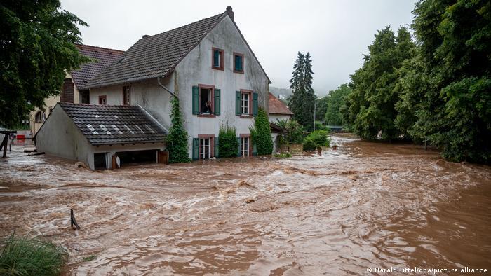 Enchente em Erdorf, na Renânia-Palatinado