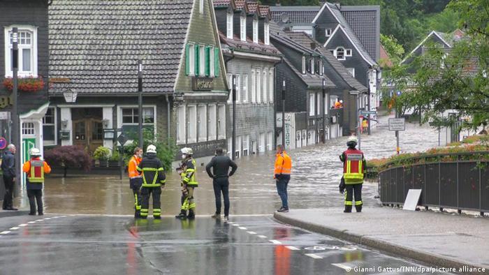 Petugas penyelamat berdiri di depan akses jalan yang terendam banjir di Solingen