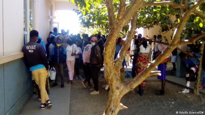 Angola | Warteschlange für Personalausweise in Luanda