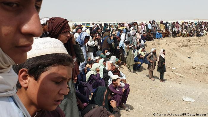 Afghans gathered on the border with Pakistan