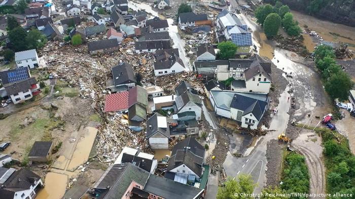 بارندگی شدید موجب رانش زمین در منطقه شولد واقع در ایالت راینلند فالس شد. عکس هوایی هلیکوپتر پلیس حکایت از ویرانی گسترده منازل منطقه دارد. مقامات منطقهای از مفقود شدن ۷۰ نفر خبر دادهاند.