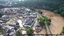 Die mit einer Drohne gefertigte Aufnahme zeigt die Verwüstungen die das Hochwasser der Ahr in dem Eifel-Ort angerichtet hat. In Schuld bei Adenau waren den Angaben zufolge in der Nacht zum Donnerstag sechs Häuser eingestürzt. Derzeit würden dort knapp 70 Menschen vermisst.