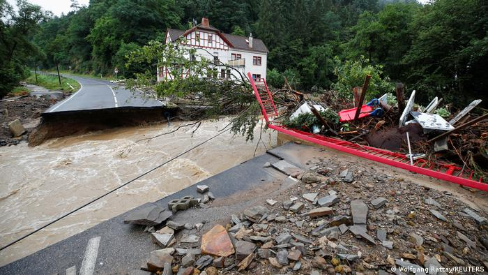 Дорога в деревне Шульд, разрушенная в результате наводнения на реке Ар, 15 июля