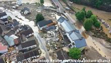 15.07.2021, Die mit einer Drohne gefertigte Aufnahme zeigt die Verwüstungen die das Hochwasser der Ahr in dem Eifel-Ort angerichtet hat. In Schuld bei Adenau waren den Angaben zufolge in der Nacht zum Donnerstag sechs Häuser eingestürzt. Derzeit würden dort knapp 70 Menschen vermisst. +++ dpa-Bildfunk +++