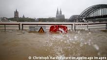 15.07.2021 Köln Anhaltende Regenf‰lle durch Tief Bernd haben in Kˆln und Umland zu Hochwasser, steigendem Rheinpegel und ¸berfluteten Straflen, Kellern und Fahrbahnen gef¸hrt. Am Rheinboulevard ¸bersp¸lte das Wasser die Stufen. Feuerwehr und THW waren im Dauereinsatz. Der Deutsche Wetterdienst hatte zuvor vor extremen Dauerregen gewarnt. Kˆln 14.07.2021 *** Continuous rainfall caused by low Bernd led to high water in Cologne and the surrounding area, rising Rhine levels and flooded streets, cellars and roadways On the Rhine boulevard, the water overflowed the steps Fire brigade and THW were in constant use The German Weather Service had previously warned of extreme continuous rain Cologne 14 07 2021 Foto:xC.xHardtx/xFuturexImage
