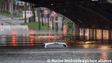 روز گذشته بخشهایی از ایالتهای غربی آلمان شاهد باران شدید و مستمر بود که باعث آبخیزی شد. در برخی مناطق خانهها و موترها زیر آب شده و مردم مجبور شدن به جاهای امن بروند. تعداد زیادی در بامهای خانههای شان پناه بردند و عملیات نجات آنها ادامه دارد.