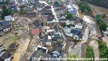 15.07.2021 Schuld Die mit einer Drohne gefertigte Aufnahme zeigt die Verwüstungen die das Hochwasser der Ahr in dem Eifel-Ort angerichtet hat. In Schuld bei Adenau waren den Angaben zufolge in der Nacht zum Donnerstag sechs Häuser eingestürzt. Derzeit würden dort knapp 70 Menschen vermisst.