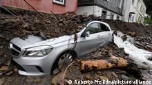 Ein Auto ist vom Schutt bedeckt, den die Überflutung der Nahma am Vorabend mit sich gebracht hat. Durch die heftigen Regenfälle war das Flüsschen zum reissenden Fluss geworden. Hagen, Deutschland, 15.07.2021