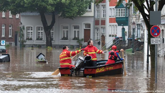 Спасатели на лодке в Ахене