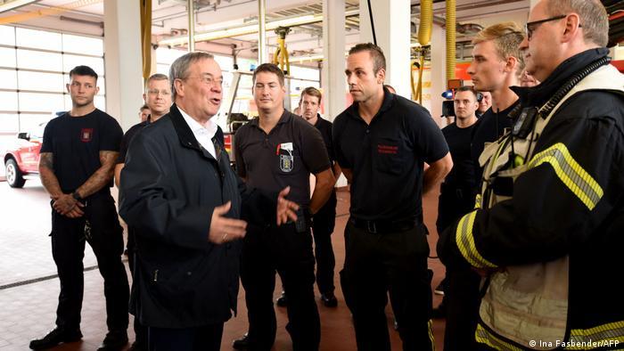 Armin Laschet spricht im Juli 2021 mit Feuerwehrleuten in Hagen