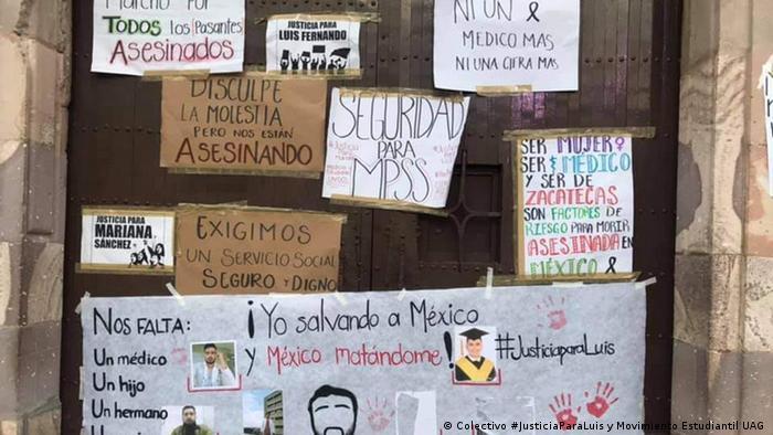 Carteles en que los estudiantes de medicina exigen justicia.