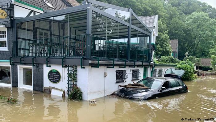 Силните дъждове и наводненията причиниха огромни щети в части от Западна Германия. Това е една от най-големите природни катастрофи от Втората световна война насам. Жертвите вече са много повече, отколкото при наводнението на века през 2002 година, когато загинаха 21 души.