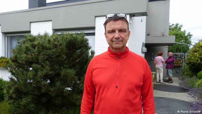 Heimerzheim | Manfred Lütz | Vizebürgermeister von Heimerzheim steht vor einem Haus