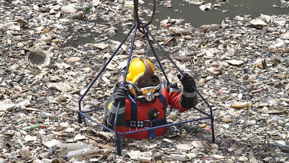 El buzo mexicano Julio Cámara se sumerge para desbloquear el sistema de drenaje de la Ciudad de México.