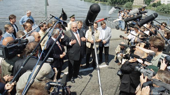 Kanzler Helmut Kohl spricht an der Oder mit Journalisten