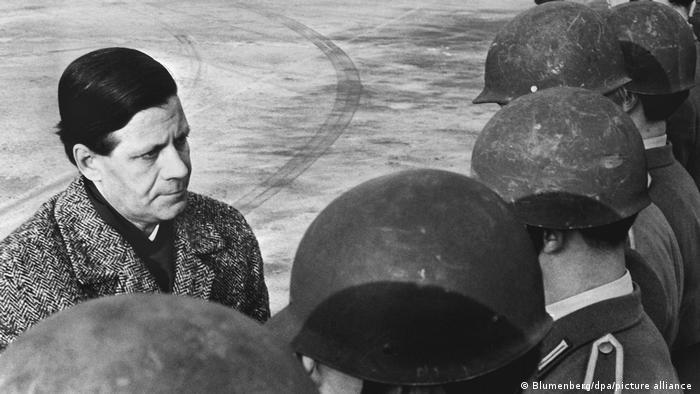 Helmut Schmidt mit Bundeswehrsoldaten 1962