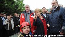 Bundeskanzlerin Angela Merkel (CDU), der bayerische Ministerpräsident Horst Seehofer (CSU, l), Innenminister Hans-Peter Friedrich (M) und der Passauer Oberbürgermeister Jürgen Dupper (2. vr) schauen sich am 04.06.2013 die Hochwasserlage in Passau (Bayern) an. Foto: Andreas Gebert/dpa ++