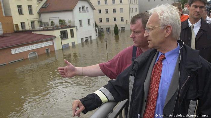 Stoiber bei Hochwasser in Passau