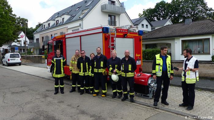 Deutschland | Unwetter - Hochwasser in Heimerzheim: De Freiwillige Feuerwehr mit Torsten Clemens steht aufgereiht in der Stadt