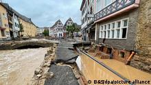 15.7.2021**** Blick in eine Straße in Bad Münstereifel nach schweren Regenfällen und dem Hochwasser der Erft. +++ dpa-Bildfunk +++