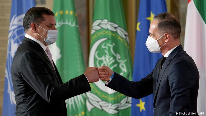 Außenminister Maas begrüßt mit Libyens Interimspremier Dbaiba mit mit einer Faustberührung