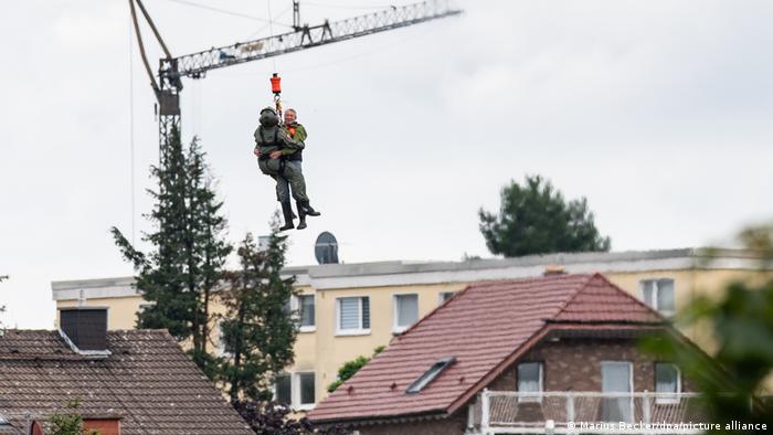 Deutschland Unwetter l Bundeswehr im Einsatz, Rettungshubschrauber in Swisttal