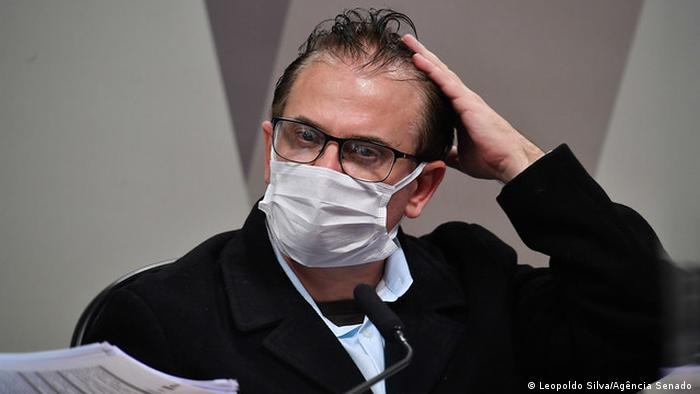Representante da Davati Medical Supply, Cristiano Carvalho, leva a mão à cabeça em depoimento à CPI da Pandemia