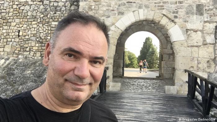 Dragoslav Dedović kod kapije Despota Stefana