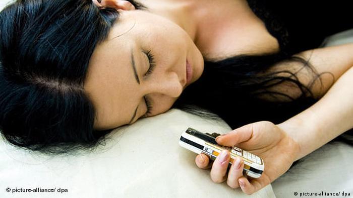 Flash-Galerie Schlafende Frau mit Mobiltelefon