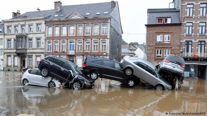 Автомобили после наводнения в городе Вервье